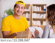 Купить «Delivery man delivering parcel box», фото № 33398047, снято 1 ноября 2016 г. (c) Elnur / Фотобанк Лори