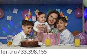 Веселая семья, мама, дочка и два мальчика на семейном празднике дня рождения смотрят в кадр. Стоковое видео, видеограф Иванов Алексей / Фотобанк Лори
