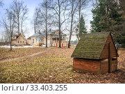 Купить «Колодец и флигель Wooden well and outbuilding», фото № 33403255, снято 9 марта 2020 г. (c) Baturina Yuliya / Фотобанк Лори