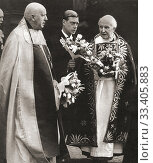 EDITORIAL Edward VIII at Westminster Abbey with the Archbishop of Canterbury, Cosmo Lang, right, handing out Maundy Money gifts. Edward VIII, later Duke... Редакционное фото, фотограф Classic Vision / age Fotostock / Фотобанк Лори