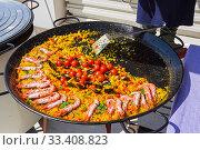 Купить «Большая сковорода с рисом и морепродуктами в уличном кафе», фото № 33408823, снято 1 мая 2019 г. (c) Сергей Рыбин / Фотобанк Лори