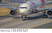 Купить «Delta Airlines Boeing 767 BCRF livery taxiing», видеоролик № 33410527, снято 19 июля 2017 г. (c) Игорь Жоров / Фотобанк Лори