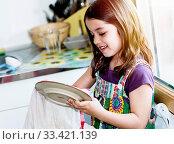Купить «Very cute girl wiping the dishes in the kitchen», фото № 33421139, снято 2 июня 2020 г. (c) easy Fotostock / Фотобанк Лори
