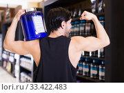 Athletic young man showing biceps. Стоковое фото, фотограф Яков Филимонов / Фотобанк Лори