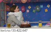 Мальчик обнимает маму за праздничным столом. Стоковое видео, видеограф Иванов Алексей / Фотобанк Лори