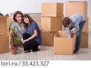 Купить «Young family moving to new flat», фото № 33423327, снято 28 июня 2019 г. (c) Elnur / Фотобанк Лори