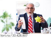 Купить «Old male accountant in budget planning concept», фото № 33428807, снято 12 сентября 2019 г. (c) Elnur / Фотобанк Лори