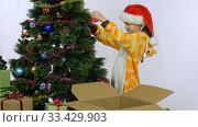 Расстроенная девочка не хочет снимать елочные игрушки с елки после окончания нового года. Стоковое видео, видеограф Иванов Алексей / Фотобанк Лори