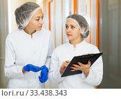 Doctors describing beauty procedures. Стоковое фото, фотограф Яков Филимонов / Фотобанк Лори