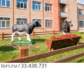 Купить «Moscow, Russia - Sept 15. 2018. Animal sculptures in front of Russian State Agrarian University named after Kliment Timiryazev», фото № 33438731, снято 15 сентября 2018 г. (c) Володина Ольга / Фотобанк Лори