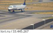 Купить «Lufthansa Airbus 320 taxiing», видеоролик № 33445267, снято 19 июля 2017 г. (c) Игорь Жоров / Фотобанк Лори