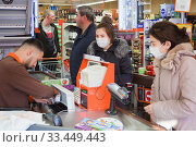 Покупка продуктов в магазине (2020 год). Редакционное фото, фотограф Victoria Demidova / Фотобанк Лори