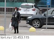 Купить «Балашиха, женщина в маске в дни самоизоляции из-за Коронавируса», эксклюзивное фото № 33453115, снято 30 марта 2020 г. (c) Дмитрий Неумоин / Фотобанк Лори