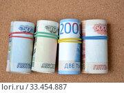 Российские деньги перетянутые цветными резинками. Банкноты номиналом 10, 50, 2000 и 5000 рублей, крупный план. Стоковое фото, фотограф александр афанасьев / Фотобанк Лори