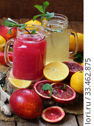 Купить «Натюрморт с красными апельсинами и лимонами на деревянном фоне», фото № 33462875, снято 30 марта 2020 г. (c) Марина Володько / Фотобанк Лори