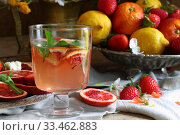 Купить «Натюрморт с коктейлем с красными апельсинами», фото № 33462883, снято 30 марта 2020 г. (c) Марина Володько / Фотобанк Лори