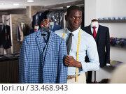 Купить «Fashion designer is creating business image in men's store», фото № 33468943, снято 24 мая 2020 г. (c) Яков Филимонов / Фотобанк Лори