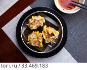 Chinese dumpling shumai on a white plate. Стоковое фото, фотограф Яков Филимонов / Фотобанк Лори