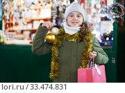 Smiling girl is showing toys for X-mas tree. Стоковое фото, фотограф Яков Филимонов / Фотобанк Лори