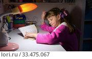 Купить «Девочка задумчиво и смешно думает над задачей», видеоролик № 33475067, снято 25 марта 2020 г. (c) Иванов Алексей / Фотобанк Лори