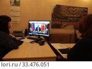 Купить «Балашиха, люди слушают выступление Путина в дни самоизоляции при Коронавирусе», эксклюзивное фото № 33476051, снято 2 апреля 2020 г. (c) Дмитрий Неумоин / Фотобанк Лори