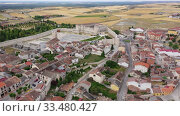 Aerial view of ancient Castle of Dukes of Alburquerque on background with Cuellar cityscape in summer day, Spain (2019 год). Стоковое видео, видеограф Яков Филимонов / Фотобанк Лори