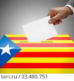 Ballot box painted into national flag colors - Catalonia - Estelada. Стоковое фото, фотограф Zoonar.com/Siarhei Tsalko / age Fotostock / Фотобанк Лори