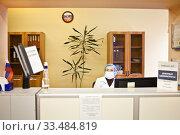 Медицинский работник в поликлинике в маске (2020 год). Редакционное фото, фотограф Victoria Demidova / Фотобанк Лори