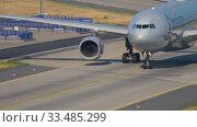 Купить «American Airlines Airbus A330 taxiing», видеоролик № 33485299, снято 19 июля 2017 г. (c) Игорь Жоров / Фотобанк Лори
