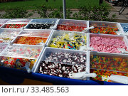 Купить «Торговля жевательным мармеладом с лотка на улице (сомообслуживание)», эксклюзивное фото № 33485563, снято 9 мая 2010 г. (c) lana1501 / Фотобанк Лори