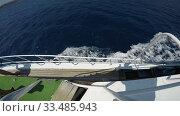 Купить «sea waves form foam under the side of a ship», видеоролик № 33485943, снято 26 ноября 2019 г. (c) Aleksandr Sulimov / Фотобанк Лори