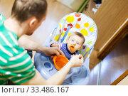 Купить «Dad giving fruit lure for baby», фото № 33486167, снято 5 апреля 2020 г. (c) Дарья Филимонова / Фотобанк Лори