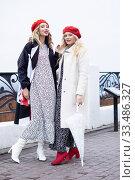 Two beautiful fashionable women in retro style is on the street. Стоковое фото, фотограф Дмитрий Черевко / Фотобанк Лори
