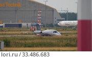 Купить «Turboprop airplane before departure», видеоролик № 33486683, снято 19 июля 2017 г. (c) Игорь Жоров / Фотобанк Лори