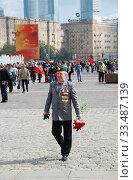 Купить «Ветеран Великой Отечественной войны во время праздника Победы 9 мая на Поклонной горе в Москве», эксклюзивное фото № 33487139, снято 9 мая 2010 г. (c) lana1501 / Фотобанк Лори