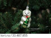 Елочная игрушка. Белый медведь с бутылкой шампанского. Стоковое фото, фотограф Denis Kh. / Фотобанк Лори