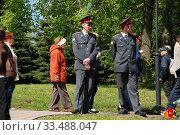 Сотрудники милиции контролируют обстановку на улице. Парк Победы на Поклонной горе в Москве (2010 год). Редакционное фото, фотограф lana1501 / Фотобанк Лори