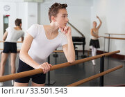 Купить «Young dancer looks at the dancing woman choreographer», фото № 33501543, снято 26 апреля 2019 г. (c) Яков Филимонов / Фотобанк Лори