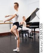 Купить «Young dancer studying ballet to the music», фото № 33501559, снято 26 апреля 2019 г. (c) Яков Филимонов / Фотобанк Лори