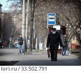 Москва пожилые люди на улице Первомайская в дни самоизоляции при Коронавирусе COVID-19. Редакционное фото, фотограф Дмитрий Неумоин / Фотобанк Лори
