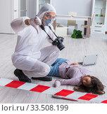 Forensic investigator at the crime scene investigating woman mur. Стоковое фото, фотограф Elnur / Фотобанк Лори