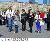 Купить «Люди во время праздника Победы 9 мая на Поклонной горе в Москве», эксклюзивное фото № 33508375, снято 9 мая 2011 г. (c) lana1501 / Фотобанк Лори