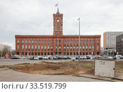 Cleared green area at Molkenmarkt in Berlin-Mitte, in the background the Red City Hall (2019 год). Редакционное фото, агентство Caro Photoagency / Фотобанк Лори
