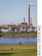Industrial landscape, Rhine near Duisburg-Homberg, Duisburg, North Rhine-Westphalia, Germany. Редакционное фото, агентство Caro Photoagency / Фотобанк Лори