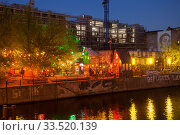 Club Yaam An der Schillingbruecke in Berlin-Friedrichshain, in the background the construction site for an office building at Stralauer Platz (2019 год). Редакционное фото, агентство Caro Photoagency / Фотобанк Лори