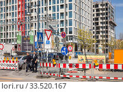 Confusing signs at the construction site for the new building Grandaire in the Dircksenstrasse in Berlin-Mitte (2019 год). Редакционное фото, агентство Caro Photoagency / Фотобанк Лори