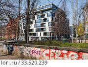 New building for apartments at the corner of Engeldamm and Adalbertstrasse in Berlin-Kreuzberg (2019 год). Редакционное фото, агентство Caro Photoagency / Фотобанк Лори