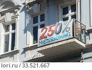 Berlin, Germany, protest against rent increase in the Friedrichshain-Kreuzberg district (2019 год). Редакционное фото, агентство Caro Photoagency / Фотобанк Лори