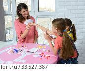 Купить «Дети выбирают карту у мамы играя в настольную игру», фото № 33527387, снято 5 апреля 2020 г. (c) Иванов Алексей / Фотобанк Лори