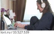 Woman working from home. Стоковое видео, видеограф Сергей Петерман / Фотобанк Лори